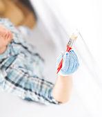 Hand-färbung-wand mit pinsel — Stockfoto