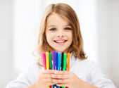 Girl showing colorful felt-tip pens — 图库照片