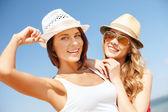 Mädchen hüte am strand — Stockfoto