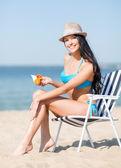 Flicka sola på stranden stolen — Stockfoto