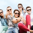 Teenagers showing thumbs up — Stockfoto