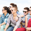 Foto Stock: Group of teenagers hanging out