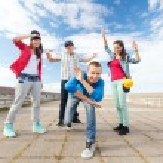 Group of teenagers dancing — Stock Photo