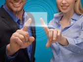 Equipe trabalhando com tela virtual — Foto Stock