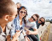 Dışarı asılı genç grup — Stok fotoğraf
