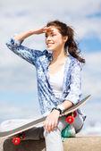 Adolescente com skate lá fora — Foto Stock