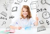 Chica estudiante estudiando en la escuela — Foto de Stock