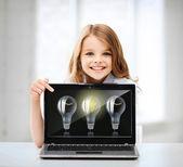 Dziewczyna z laptopa pc w szkole — Zdjęcie stockowe