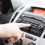 hombre usando audio sistema estéreo del coche — Foto de Stock