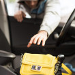 Thief stealing bag from the car — Stockfoto