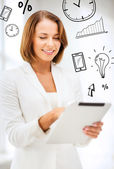 бизнес-леди с планшетных пк в офисе — Стоковое фото