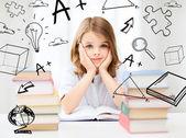 Garota estudante estudando na escola — Foto Stock