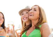 Mädchen mit champagner-gläser auf boot — Stockfoto