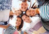 Gruppo di adolescenti, guardando in basso — Foto Stock