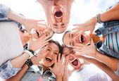 Gruppe von jugendlichen auf der suche nach unten und schreien — Stockfoto