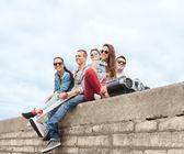Gruppe von teenagern, die hängen außerhalb — Stockfoto