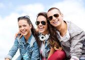 Gruppe von teenagern, die hängen — Stockfoto