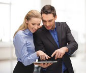 Uomo e donna con tablet pc — Foto Stock