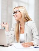 Geschäftsfrau mit dokumenten — Stockfoto