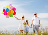 カラフルな風船で家族 — ストック写真