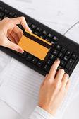 Femme d'affaires avec ordinateur portable en utilisant la carte de crédit — Photo