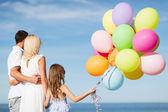 Familie met kleurrijke ballonnen — Stockfoto
