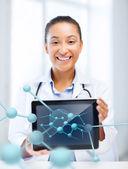 Doctora africana con tablet pc y las moléculas — Foto de Stock