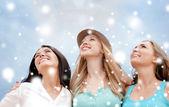 Mädchen in den himmel blickte — Stockfoto