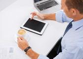 Homme d'affaires avec les tablet pc et du café au bureau — Photo