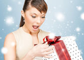 Happy woman with gift box — ストック写真