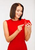 Sorprende mujer con vestido rojo con caja de regalo — Foto de Stock