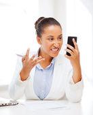 Donna africana gridando in smartphone — Foto Stock