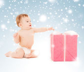 Happy child with gift box — Stock Photo