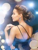 Femme aux boucles d'oreilles diamant — Photo