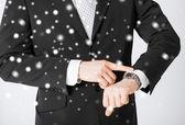 Mann sucht bei Armbanduhr — Stockfoto