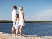 海辺で幸せな家族 — ストック写真