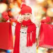 十几岁的女孩在冬季衣服的购物袋 — 图库照片