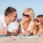 Счастливая семья на пляже — Стоковое фото
