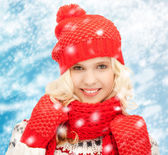 Teenage girl in hat, muffler and mittens — Stock Photo