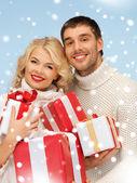 幸福的男人和女人与许多礼品盒 — 图库照片