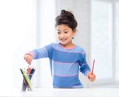 Little girl drawing — Стоковое фото
