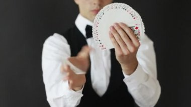 Footage of man showing card tricks — Stock Video