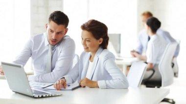 会議を持つビジネス人々 のグループ — ストックビデオ