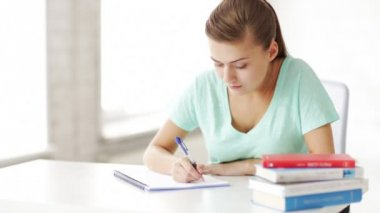 漂亮女学生做作业 — 图库视频影像
