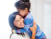 Abrazando a madre e hija — Foto de Stock