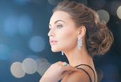 Donna con orecchini di diamanti — Foto Stock
