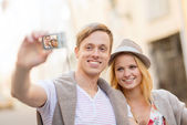 Travelling couple taking photo picture with camera — Foto Stock