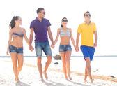 Groupe d'amis s'amuser sur la plage — Photo