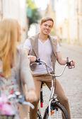 Paar mit fahrräder in der stadt — Stockfoto
