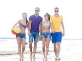 Skupina přátel, zábava na pláži — Stock fotografie